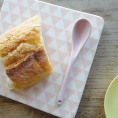 Une très jolie planche en céramique de 16 x 16 x 1 cm aux motifs géométriques triangulaires roses.  Pour la présentation de petits toasts ou déguster sa tartine sans abîmer la table !  Existe en jaune, gris, vert et rose pastel. 12,00 € http://www.lafolleadresse.com/accessoires-de-cuisine/1427-planche-dessous-de-plat-16-x-16-cm-en-ceramique-bloomingville-rose.html