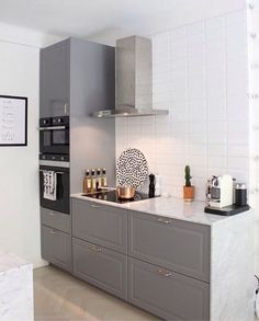 Don't feel limited by a small kitchen space. These 50 designs for kitchen island to inspire you to make the most of your own tiny kitchen. Maximize your kitchen storage and efficiency with these kitchen design ideas and kitchen cabinet design hacks. Small Modern Kitchens, Modern Kitchen Design, Interior Design Kitchen, Home Kitchens, Grey Kitchens, Kitchen Designs, Italian Kitchens, Modern Interior, Small Apartment Kitchen