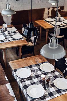 大判のクロスをテーブルに掛けるだけで、いつもの食卓がスタイリッシュに。テーブルの木の質感を生かして、全部覆わないのがポイントです。