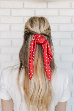 5 Ways to Wear The Scrunchie Trend - A Beautiful Mess Great Hairstyles, Scarf Hairstyles, Hairstyles With Bangs, Tight Braids, Messy Braids, Havana Mambo Twist Crochet, Braids Step By Step, Hair To One Side, Loose Ponytail