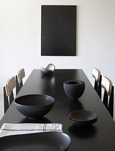 """Villa G"" dans le Luberon par Studio KO - Journal du Design Interior Styling, Interior Decorating, Decorating Ideas, Minimalist Dining Room, Black And White Interior, Black White, Black Table, Modern Dining Chairs, Dining Rooms"