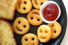 Las patatas fritas siempre salen con forma de rodaja o de bastón. Por eso, saldremos de la rutina cortándolas de diversas formas, ya sea con caras sonrientes o los diseños que tu imaginación te permita
