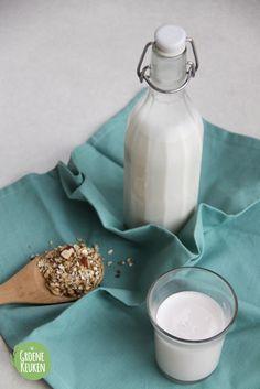 Van alle plantaardige melksoorten is amandelmelk mijn favoriet. Van nature een beetje zoet van smaak meteen volle structuur. Bovendien is het best gezond, want amandelen zitten boordevolvitamine ...