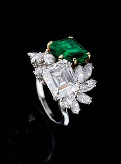 A diamond and emerald ring by Alexandre Reza Emerald Jewelry, Gems Jewelry, Diamond Jewelry, Jewelry Accessories, Fine Jewelry, Jewelry Design, Emerald Rings, Ruby Rings, Emerald Diamond