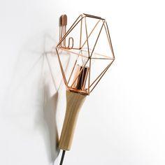 Elle peut voyager d'un point à un autre de la maison.La lampe baladeuse, avec manche en chêne. Structure filaire métallique (métal noir ou plaqué cuivre). Câble tissu noir.Douille E14, ampoule 40 W non fournie. Compatible avec des ampoules des classes énergétiques A-B-C-D-E.- Manche : long. 13,5 cm.- Abat-jour filaire métal : larg. 15,2 cm x long. 18 cm.- Câble longueur 2,5 mètres.