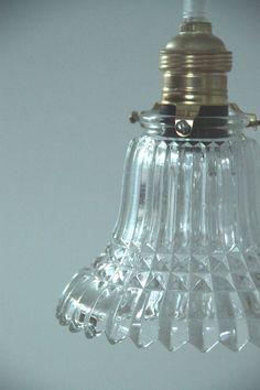 Lustre suspension avec abat jour ancien en verre épais type tulipe... http://www.lanouvelleraffinerie.com/plafonniers-suspensions-en-verre/778-sophie-lustre-suspension-avec-abat-jour-ancien-en-verre-epais-type-tulipe.html