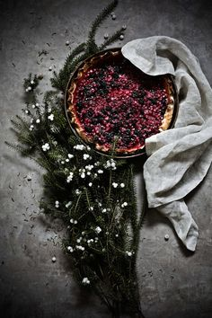White crowberry and blackberry pie