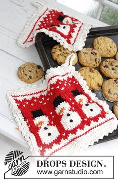 """The perfect little hostess gift! Knitted pot holders with snowman pattern for #Christmas in """"Paris"""" by #DROPSDesign"""