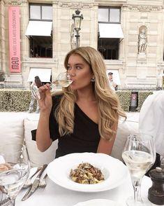 The Ultimate Travel Skincare Routine Beauté Blonde, Blonde Hair Looks, Brown Blonde Hair, Hair Inspo, Hair Inspiration, Foto Glamour, Tumbrl Girls, Peinados Pin Up, Insta Photo Ideas
