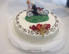 Torta per matrimonio con sposi su tandem
