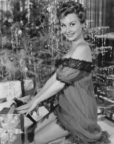 Pretty Christmas morning pin up photo of actress Mitzi Gaynor. Old Hollywood Glamour, Golden Age Of Hollywood, Vintage Hollywood, Hollywood Stars, Classic Hollywood, Merle Oberon, Shirley Jones, Veronica Lake, Pin Up Vintage