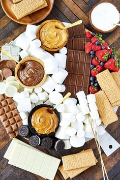 charcuterie board Create an epic S'Mores Dessert Board for endless combinations of S'Mores. Smores Dessert, Dessert Platter, Dessert Food, Charcuterie And Cheese Board, Charcuterie Platter, Köstliche Desserts, Dessert Recipes, Easter Recipes, Dessert Halloween