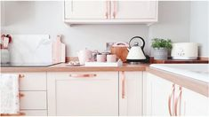 A rose gold kitchen Rustic Kitchen Design, Farmhouse Kitchen Decor, Kitchen Interior, New Kitchen, Pink Kitchen Decor, Rose Gold Decor, Gold Home Decor, Cheap Home Decor, Rose Gold Kitchen