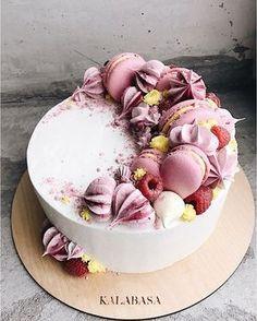 Wedding Cake decorated with #macarons and #redfruits, coloured whipped cream. #weddingcake #macarons #niceideas