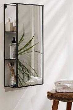 Nástěnné zrcadlo značky Umbra se 3 poličkami. Zrcadlo se hodí zejména do menších prostorů, protože 3 poličky jsou skryté v pozadí zrcadla.