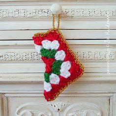 FREE Easy and Fun Christmas Gift! #crochetpattern #christmasornanent #christmasgift #crochetpattern #freecrochetpattern #stockingholiday #grannysquare