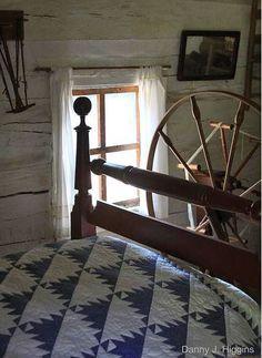 love old quilts, and primitive spinning wheel Old Quilts, Amish Quilts, Antique Quilts, Vintage Quilts, Primitive Bedroom, Country Primitive, Primitive Decor, Prim Decor, Primitive Furniture
