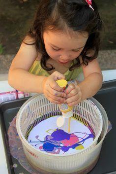 Peindre avec un essoreur à salade, une activité créative facile à faire à la maison avec votre enfant. Excellent aussi pour travailler la motricité fine. #DIY