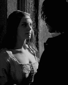 Richard Madden and Annabel Scholey as Cosimo de' Medici & Contessina de' Bardi