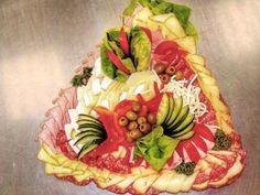 Jak udělat sváteční studené obložené mísy. Recepty a inspirace Finger Food Appetizers, Finger Foods, Appetizer Recipes, Food Trays, Food Art, Side Dishes, Good Food, Food And Drink, Cheese