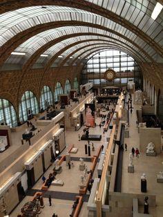 Kolekcja muzeum składa się ze zbiorów malarstwa, rzeźby, sztuki użytkowej, fotografii i grafiki. Istnieje także dział poświęcony sztuce architektury, gdzie można znaleźć rysunki, projekty i modele budynków. Wśród zbiorów malarstwa największym powodzeniem cieszą się dzieła impresjonistów i postimpresjonistów, np.: Paul Cézanne – Dom powieszonego (1873), Gracze w karty (1893-1896), Jabłka i pomarańcze (1895–1900); Edgar Degas – Absynt (1875–76), Lekcja tańca (1873–76), Błękitne tancerki…