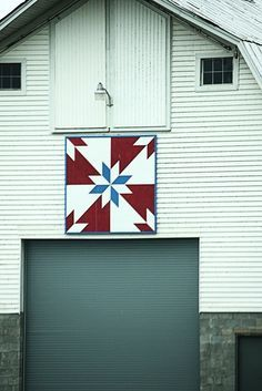 This is another of my found Quilt Barns. For new readers here it is a Quilt Barn because of the square quilt pattern painted and hung on the. Barn Quilt Designs, Barn Quilt Patterns, Quilting Designs, Block Patterns, Quilting Ideas, Hunters Star Quilt, Barn Signs, Wood Signs, Barns