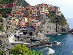 イタリア北西、ジェノバの少し南に建つカラフルな街、チンクエ・テッレのマナローラ村。世界遺産。