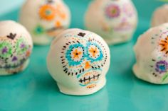 Sugar Skull Cake Balls From Brit+Co What do you love more about Dia de Los Muertos than all of the beautifully designed sugar skulls? Day Of The Dead Cake, Day Of The Dead Party, Halloween Party Favors, Halloween Treats, Halloween Inspo, Halloween Goodies, Sugar Skull Cakes, Sugar Skulls, Cake Pops