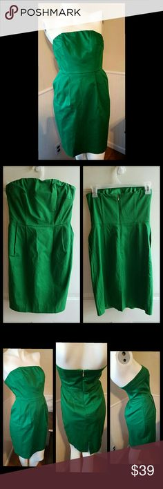 """Emerald Green Express Design Studio Great color. Just gorgeous. Strapless. Zip back (gold). Straight hem. Mid length. Ribbed construction. Has side pockets. Back slit. Good condition.   Material: SHELL 99% cotton & 1% Spandex. LINING 97% polyester & 3% Spandex   Measurements: XS = 0-2 Bust 31.5"""" - 32.5"""" Waist 24.5"""" - 25.5"""" Hip 35.5"""" - 36.5"""" Length 26"""" Express Dresses Midi"""