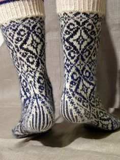 inspiration : lenealve's wallflower socks, pattern by stephanie van der linden, from twist collective (top down) Crochet Socks, Knitting Socks, Hand Knitting, Knitting Patterns, Knit Crochet, Lots Of Socks, Socks And Heels, Wool Socks, Fair Isle Knitting