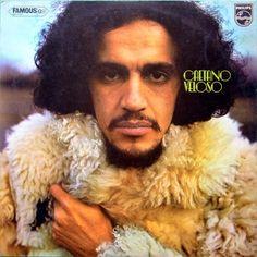 Le problème de cet album éponyme de Caetano Veloso paru en 1971 est qu'il souffre de la comparaison avec ses deux précédents opus, le Caetano Veloso (1968) et le Caetano Veloso (1969). Ce n'est pas que ce Caetano Veloso (1971) soit