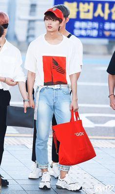 【イケメン揃い】SEVENTEENの空港ファッションがヤバすぎ!モテファッションをチャック! Woozi, Wonwoo, Jeonghan, Korean Airport Fashion, Korean Fashion, Kpop Fashion, Fashion Outfits, Mens Fashion, Shenzhen