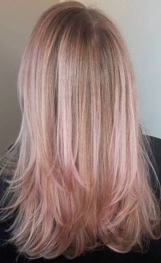 The Rose Gold Hair Color Had Been Up-And-Comming For The Spring 2019 Hair Season, However This Season Features A Rose Gold Balayage. Balayage Is. Rose Gold Hair Blonde, Pink Ombre Hair, Rose Gold Highlights, Hair Highlights, Hair Color Balayage, Blonde Balayage, Blonde Color, Cabelo Rose Gold, Gold Hair Colors