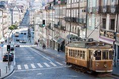 Das Bild Tram in Porto wurde von Christian Book im Jahr 2012 in Porto, Portugal aufgenommen. Es entstand mit einer Canon EOS 1000D und dem Objektiv Canon EF-S 17-85mm 4 - 5,6 IS USM.