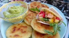 Arepas asadas rellenas de salpicón de gambas veganas  VEGESAN con salsa de aguacate y cilantro