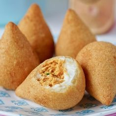 A imagem pode conter: comida Coxinha Recipe, Tasty Dishes, I Love Food, Chicken Recipes, Food Porn, Sweet Treats, Yummy Food, Snacks, Cooking