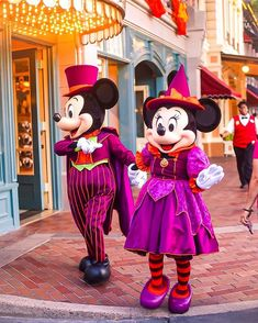 """""""Who's ready for fun at this October? 👻🎃 Tag the BFF or Boo you'll be spending scary season with! Disney Characters Pictures, Disney World Pictures, Disney World Halloween, Disneyland Halloween, Halloween Fun, Disney Dream, Disney Love, Mickey Hands, Disney Balloons"""