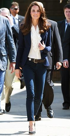 Catherine Middleton WHAT SHE WORE Middleton toured Canada in a one-button Smythe blazer over a ruffled blouse and navy J Brand jeans. Pretty style for Kate Middleton. Business Mode, Business Outfit, Business Casual, Business Formal Women, Mode Chic, Mode Style, Mode Outfits, Casual Outfits, Fashion Outfits