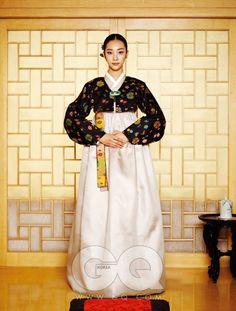 女 명주 소재 저고리와 치마, 오색 양단 마고자, 비취 브로치, 자수정 비녀, 화병 뒤꽂이, 방석, 모두 김영석 한복.