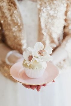 TO DIE FOR. These cupcakes are so delicately beautiful . *pink and glittery gold* #floral cupcake #flower cupcake