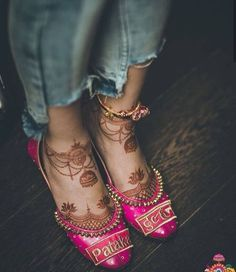 10 Ultimate Offbeat Wedding Shoes For The Indian Bride! Dulhan Mehndi Designs, Wedding Mehndi Designs, Mehandi Designs, Mehendi, Leg Mehndi, Mehndi Dress, Henna Mehndi, Lace Bridal Shoes, Bridal Sandals