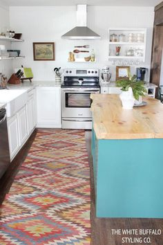 Bright kitchens and farmhouse sinks are trends that we hope never go away! Check out these inspiring before and after images of this bright kitchen makeover from The White Buffalo Styling Co.