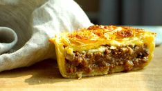 Food and drink Meat pies. The Hirshon New Zealand Meat Pie - ✮ The Food Dictator ✮. Mince And Cheese Pie, Cheese Pie Recipe, Nz Meat Pie Recipe, Entree Recipes, Pie Recipes, Cooking Recipes, Curry Recipes, New Zealand Meat Pie Recipe, Maori