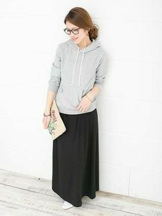 ブラックのマキシスカートとグレーのパーカーを合わせて、リラックス感あるモノトーンなコーディネート。刺繍がチャーミングなクラッチバックでアクセントをつけて。