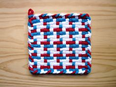 Red White and Blue Pinwheel Vintage Pattern Woven Cotton Loop Loom Potholder Modern Farmhouse Kitchen Loft Style Potholder Loom, Potholder Patterns, Perler Patterns, Weaving Patterns, Loom Craft, Rainbow Loom Bracelets, Loom Weaving, Weaving Techniques, Loom Knitting