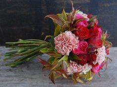 Ramo de novia en vivos colores rojos y rosas