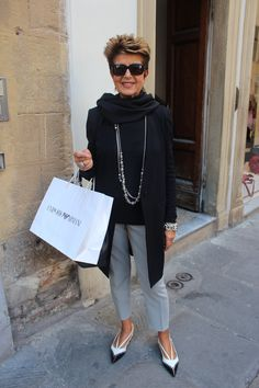 Florence Street Style I hope to be half as fabulous as this lady some day. Over 60 Fashion, Over 50 Womens Fashion, Black Women Fashion, 50 Fashion, Look Fashion, Autumn Fashion, Fashion Trends, Fashion Ideas, Fashion Stores