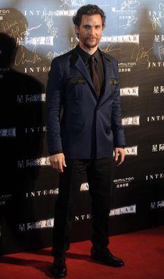 Matthew McConaughey – Sakko-Hose-Kombination mit Marine-Twist und schwarzem (!) Hemd