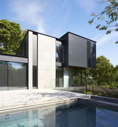 Fitzroy Park House in N6 was designed by Stanton Williams. It's a four bedroom home situated on a sloping site in the Highgate Conservation Area.