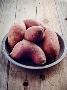 Experts tell us that potatoes are not only tasty additions to your diet but carry enormous health benefits as well. Nutritionists at the National Institutes of Health report that potatoes are an excellent source of fiber, vitamins and minerals that protect against cancer and promote heart-health. Check out these 6 health benefits of eating potatoes. #potato #benefits